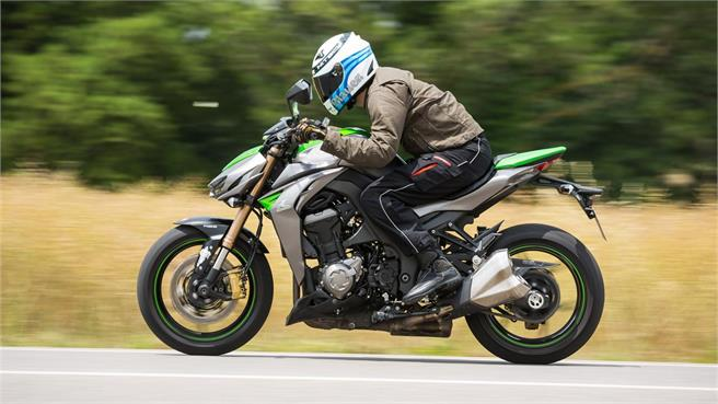 Ducati Monster 1200 vs Kawasaki Z1000