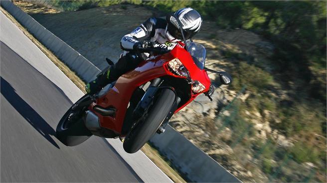 Ducati 899 Panigale vs Audi R8 V10 plus