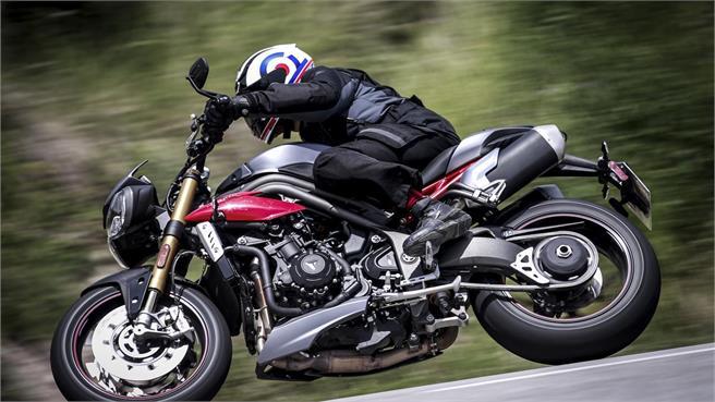 Ducati Monster 1200 R vs Triumph Speed R
