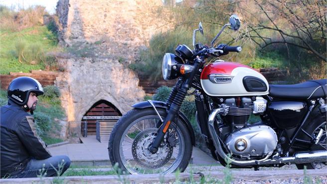 Triumph Bonneville T100 Ruta Via Augusta