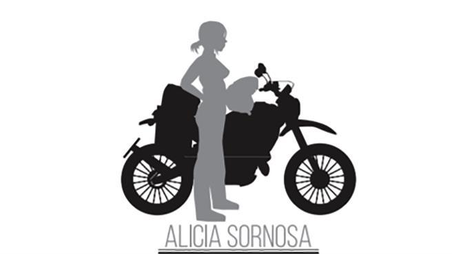 Una mujer, una moto y el mundo