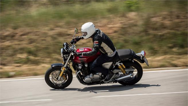 BMW R nineT vs Honda CB1100 RS 2017