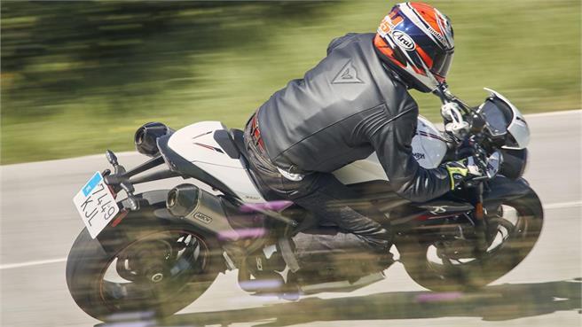 KTM 1290 Super Duke R vs Triumph Speed T