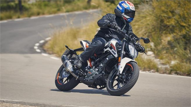Honda CB125R vs KTM 125 Duke