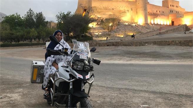 Con Elsi y su moto enterrada en arena: pero salió de allí